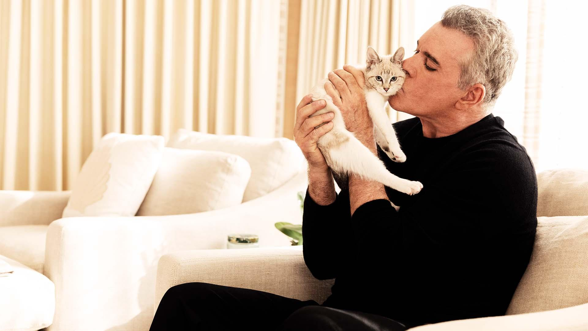 Ray Liotta with cat
