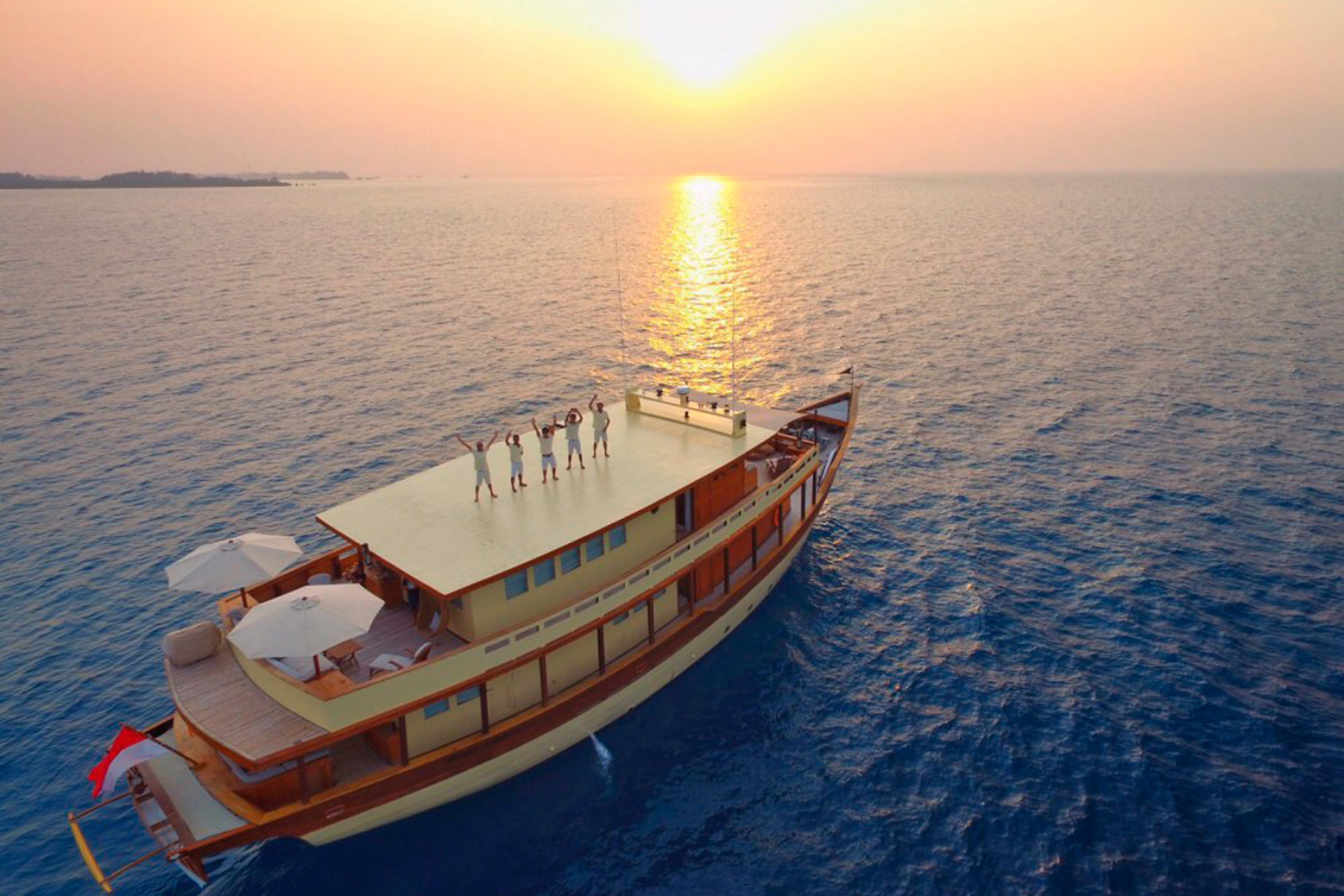 Mischief yacht for charter