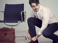 Man tying_shoelace